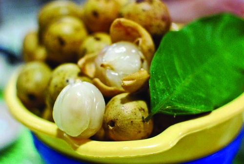 lanzones peel Once you peel it you can see the white juicy delicious meatof the lanzones but be carefull to eat it because you might bite the seed that produces bitterness.